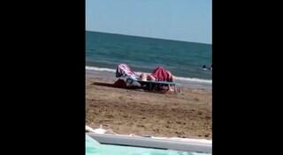 Ravenna, sesso in spiaggia e in pieno giorno davanti ai bagnanti: 20mila euro di multa agli amanti