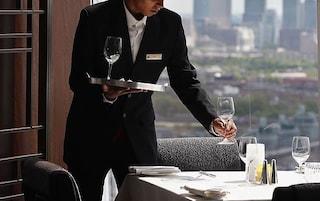 Caos in un ristorante a Venezia, cameriere si ubriaca al lavoro e molesta i clienti: arrestato