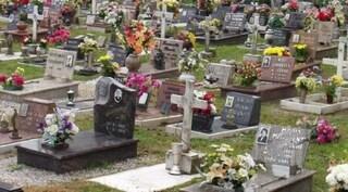 Torino: lui la lascia, per vendicarsi lei va al cimitero e urina sulla tomba della suocera
