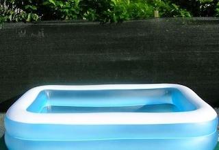 Cade nella piscina di casa mentre gioca con gli amici: gravissimo bambino di 2 anni