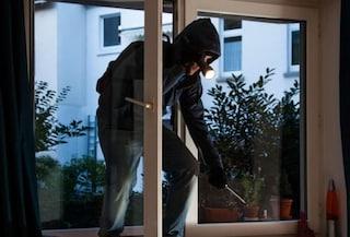 Lecce, sorprende il ladro e ha un malore: la soccorre il malvivente