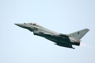 Allarme nei cieli, aereo non risponde: decolla caccia dell'Aeronautica e lo scorta al confine