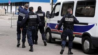 Paura a Parigi, minaccia gli agenti con coltello in strada: ucciso con 5 colpi d'arma da fuoco