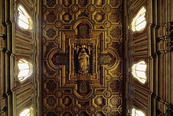 La navata centrale della Basilica del Carmine.