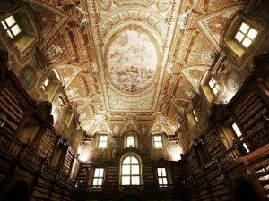 La storica biblioteca dei Girolamini di Napoli.