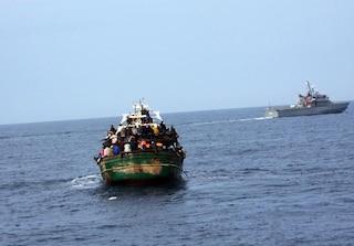 Migranti, 180 su un barcone in attesa di un porto sicuro: salvati da motovedette italiane