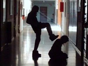 Studenti bullizzano una ragazza, la preside li sospende: genitori la denunciano per abuso d'ufficio