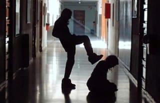 Messina: fanno spogliare un coetaneo, lo filmano e fanno girare il video. Individuati dalla polizia