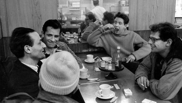 Colazione Beat: da sinistra a destra, Larry Rivers, Jack Kerouac, Gregory Corso, David Amram e Allen Ginsberg.