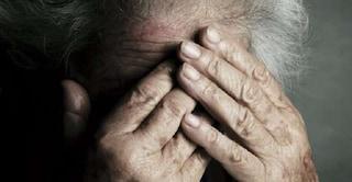 """Ancona, picchia la nonna 77enne afferrandola per il collo e la minaccia: """"Sei già morta"""""""