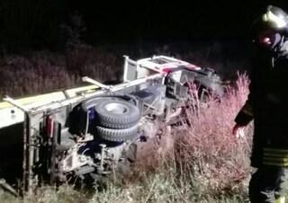 Incidente mortale in Friuli, camion si rovescia in autostrada: autista schiacciato