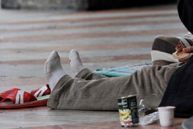 Firenze, poliziotto vede le sue scarpe rubate indosso a un clochard e gliele ricompra