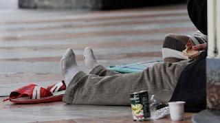 Senzatetto riceve patatine da sconosciuto, le mangia e si sente male: avvelenato