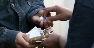 Bari, spacciava droga lanciandola dalla finestra di casa: arrestato 22enne
