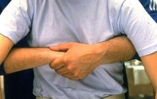 Incontra anziano che sta soffocando in strada, 13enne  lo salva con la manovra di Heimlich