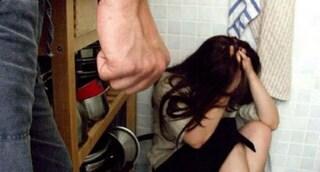 """""""Stuprata dal padre a 15 anni perché lesbica"""", chiesta condanna per i genitori"""