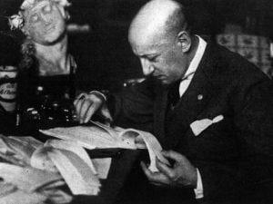 Gabriele D'Annunzio nel suo studio.
