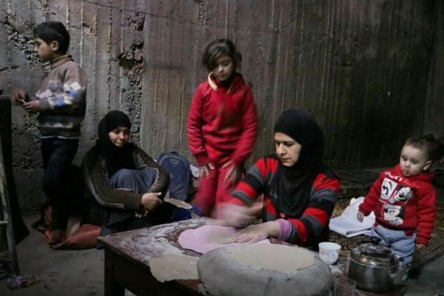 Le donne e i bambini della Ghouta orientale nei sotterranei per salvarsi dai bombardamenti (Damasco Media Center)