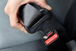 Riforma codice della strada, multa doppia per i passeggeri senza cintura o casco: si paga in due