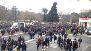 Macerata, al via il corteo antifascista: 15.000 in piazza, città blindata e paura per scontri