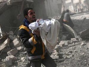 Un neonato viene soccorso dopo un bombardamento nella Ghouta orientale (Gettyimages)