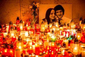 Centinaia di candele sono state poste di fronte a un ritratto del giornalista investigativo slovacco Jan Kuciak e della sua fidanzata Martina Kusnirova nel centro di Bratislava (Gettyimages)