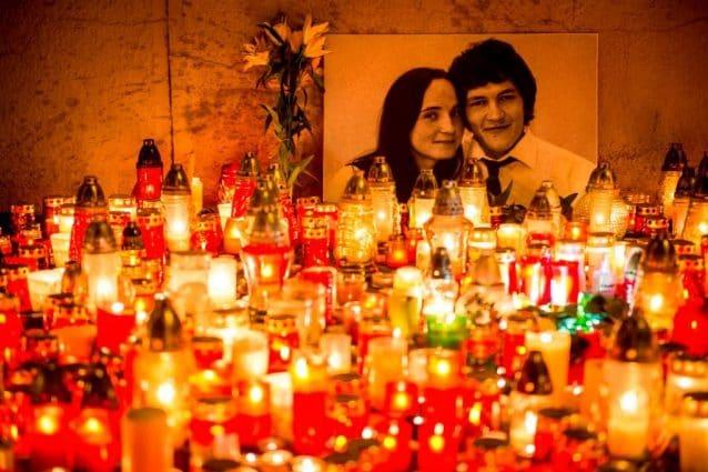 Centinaia di candele per ricordare Jan Kuciak, il giornalista slovacco ucciso insieme alla fidanzata di Martina Kusnirova (Gettyimages)