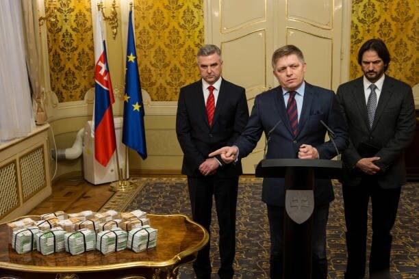 Il premier slovacco Robert Fico indica la ricompensa di 1 milione di euro promessa a chi offrirà informazioni utili all'arresto del killer di Kuciak (Gettyimges)