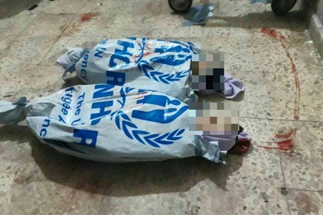 I corpi senza vita delle due bimbe uccise ieri nei raid sulla Ghouta orientale sono stati avvolti con i sacchi dell'Alto commissariato Onu per i rifugiati