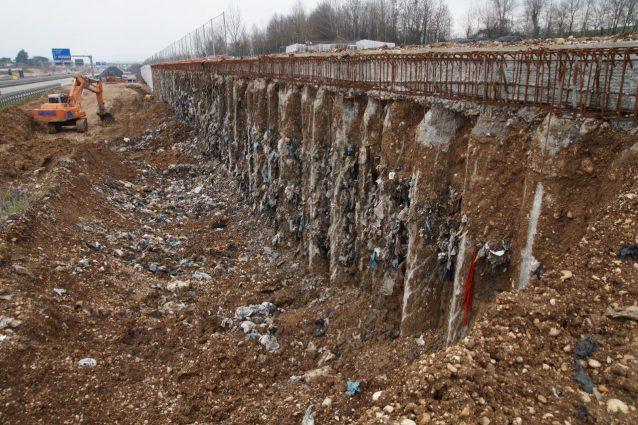 I rifiuti dell'ex discarica di Montecchio Maggiore fuoriescono dai plinti dove sorgerà la superstrada Pedemontana (Sonia Perenzoni)