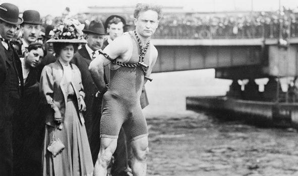 Houdini durante un suo numero di escapologia.