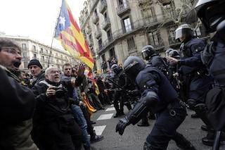 """""""Liberate Puigdemont"""": Barcellona in rivolta, scontri in piazza con la polizia"""