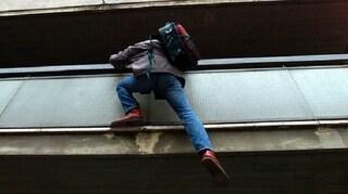 Torino, entra in un appartamento e le forze dell'ordine lo scoprono: agenti lo trovano sotto il letto