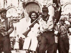 Partigiani in piazza San Marco, a Venezia, nei giorni della liberazione.