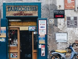 """A tobacconist in centro antico"", dalla serie fotografica ""City Limitless"", Ahtziri Lagarde."