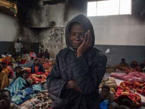 La disperazione di un migrante in un centro di detenzione in Libia (Gettyimages)