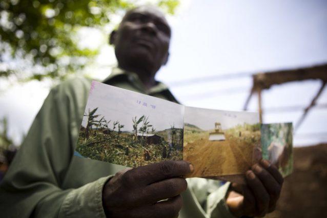 Un contadino vittima dell'accaparramento di terra in Uganda (Oxfam)