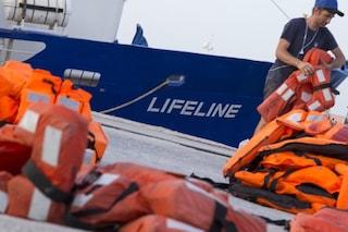 Migranti, Lifeline ha salvato 230 persone, ma il comandante deve pagare una multa di 10mila euro