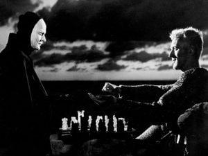 """Bengt Ekerot e Max Von Sydow nella celebre scena de """"Il settimo sigillo"""" (1956) di Ingmar Bergman."""