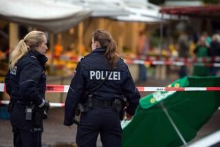 Germania, chiede a un cliente di indossare la mascherina, lui gli spara alla testa: morto 20enne