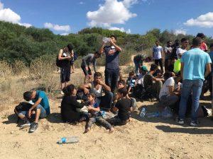 I migranti approdati sulla spiaggia di Isola Capo Rizzuto – Foto Francesca Stillitano