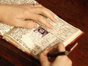 Il 1 agosto 1944 Anna Frank scriveva l'ultima pagina del suo Diario. Nella foto, un dettaglio della ricostruzione in cera conservata presso il Madame Tussauds di Berlino.