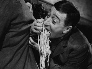 """Totò in una delle scene del film """"Miseria e Nobiltà"""" (1954)."""
