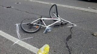 Tragedia in strada, 14enne investito in bicicletta dal rimorchio del tir: gravissimo
