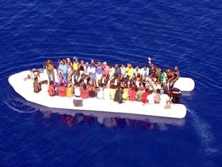 """180 migranti nel Mediterraneo in fuga dalla Libia. Alarm Phone: """"Le persone sono nel panico"""""""