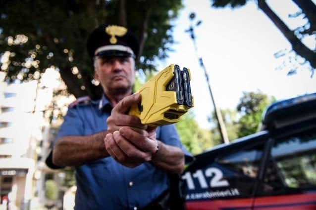 Un carabiniere con il taser, la pistola a impulsi elettrici (LaPresse)