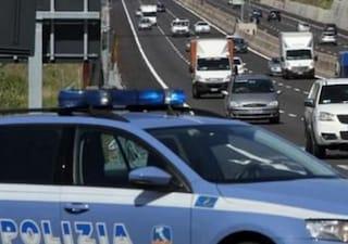 Incidente sulla A24: auto finisce contro un camion, un morto