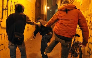 Casale Monferrato: baby gang festeggia il compleanno picchiando un uomo