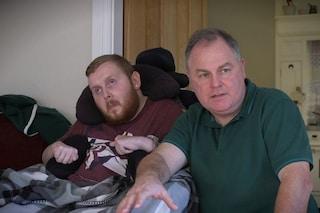 Non può muoversi, vedere o mangiare, ma il governo non gli crede: l'assurda storia di Declan