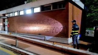 """Genova, blitz dei """"gilet gialli"""" al Casello. Appare la scritta: """"Società Autostrade assassini"""""""